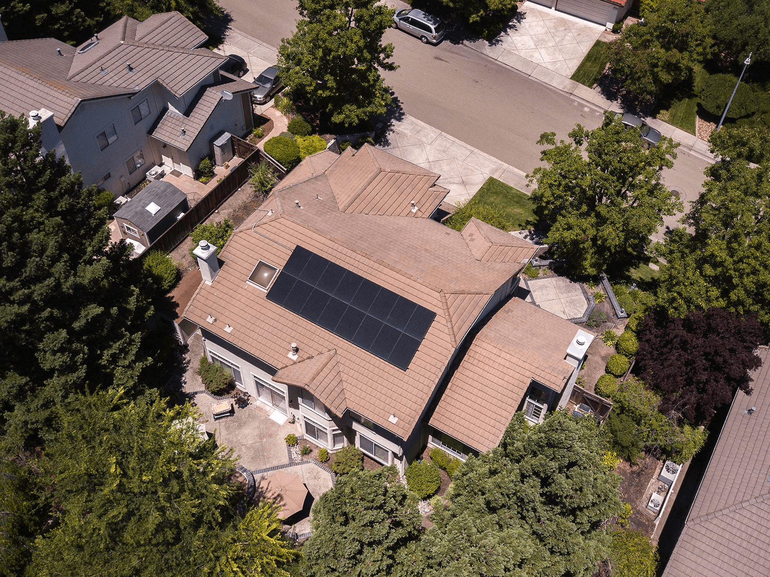Large-house-with-solar-panels-on-the-roof